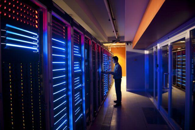 Si nous parlons des plans d'hébergement, le plan qui devient l'option populaire pour le site Web d'entreprise aujourd'hui ira au serveur VPS et au serveur dédié. Les plans d'hébergement de sites Web eux-mêmes se composent de plusieurs types d'hébergement tels que la colocation, l'hébergement cloud, l'hébergement partagé, le VPS (serveur privé virtuel) et le serveur dédié. Cet article concentrera notre discussion sur le serveur dédié et le VPS (Virtual Private Server) uniquement en raison du temps limité. Si vous souhaitez obtenir des informations sur la colocation, l'hébergement cloud et l'hébergement partagé, vous pouvez consulter notre contenu sur les services VPS. Dans ce contexte, nous parlerons beaucoup de la comparaison des VPS (Virtual Private Server), des serveurs VPS dédiés, de leur fonctionnement et de la manière de choisir le meilleur pour votre activité d'hébergement de site Web. Commençons à comprendre le VPS (Virtual Private Server) et le serveur dédié dans la section ci-dessous.
