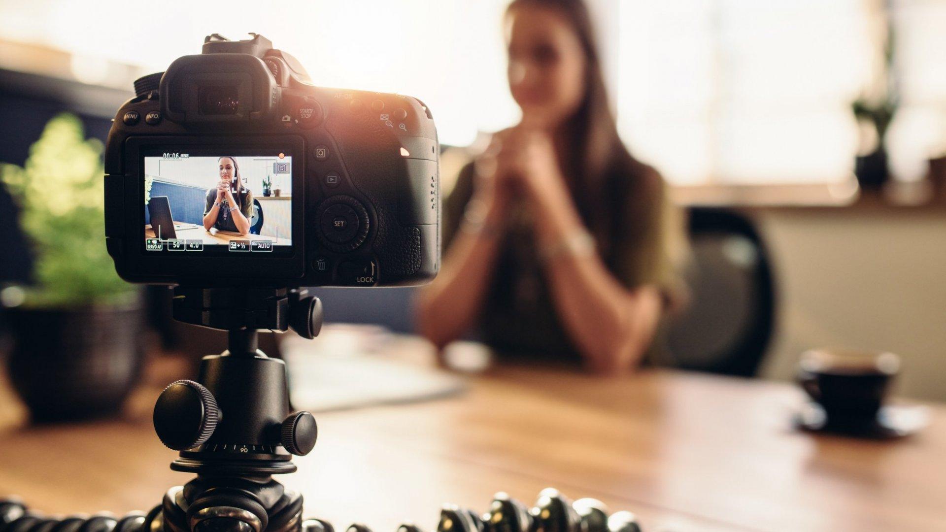 En tant que propriétaire d'entreprise avec un budget maigre, vous pouvez toujours lancer un plan de contenu de marketing vidéo impressionnant sans dépenser beaucoup d'argent. De nombreux logiciels de montage en ligne permettent en fait un accès de base gratuit. Si vous souhaitez profiter de plus de fonctionnalités, vous pouvez essayer le niveau pro ou premium. Heureusement, les prix dans ces niveaux ne cassent pas non plus la banque.