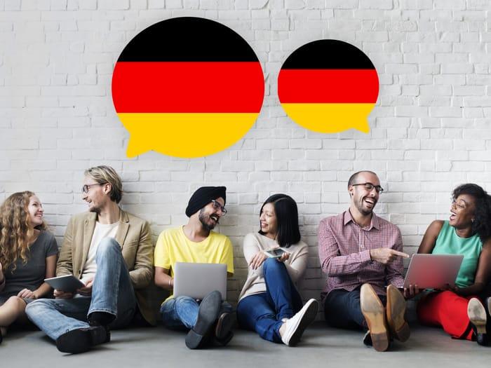 Apprendre une nouvelle langue peut vous aider à avancer dans votre carrière. En devenant bilingue et conversationnel dans une autre langue que votre langue maternelle, vous devenez plus précieux et intéressant pour un employeur potentiel. La capacité de converser avec des personnes du monde entier est une compétence précieuse qui permet d'améliorer la communication et les relations personnelles.