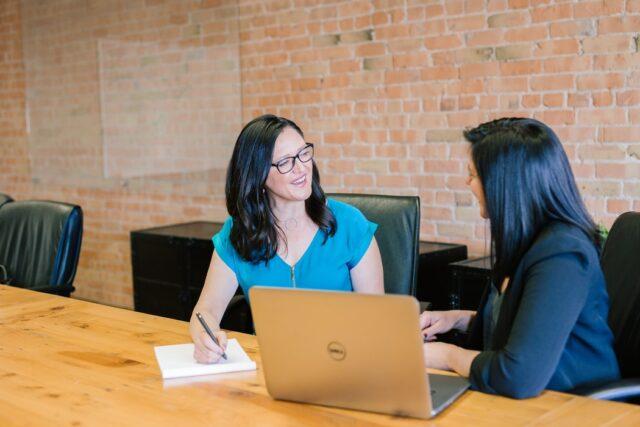 Le recrutement est défini comme le processus d'identification des postes vacants qui doivent être pourvus. Ce processus consiste à attirer divers groupes de personnes et à présélectionner les candidats admissibles. Ensuite, les candidats sont présélectionnés et sélectionnés. Le recrutement et la sélection des candidats n'est pas une tâche facile. C'est stressant et long. Bien que le processus ne soit pas simple, les employés des ressources humaines le font depuis des lustres. Les progrès des départements des ressources humaines dans les entreprises ont été phénoménaux. L'écriture et l'enregistrement manuels des données des candidats ont été remplacés par un stockage numérique des données de ces candidats. Le processus de dotation a parcouru un long chemin.