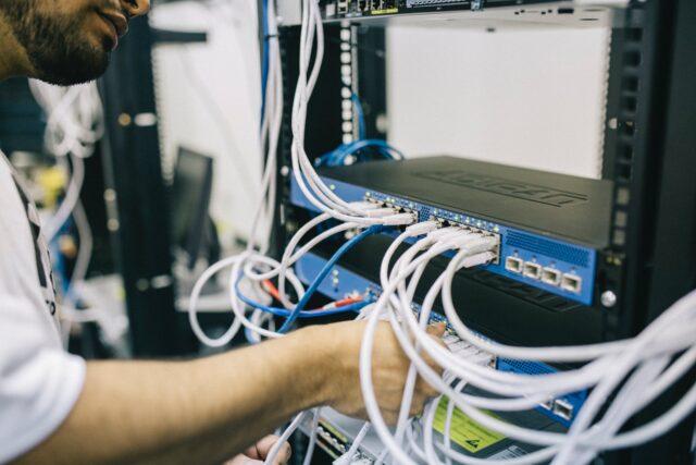 Qu'elles soient grandes ou petites, les entreprises sont confrontées à un large éventail d'alternatives pour héberger leur site, leur application Web ou leur serveur de messagerie. Le choix le plus connu est l'hébergement mutualisé, où divers sites partagent les actifs d'un serveur solitaire.